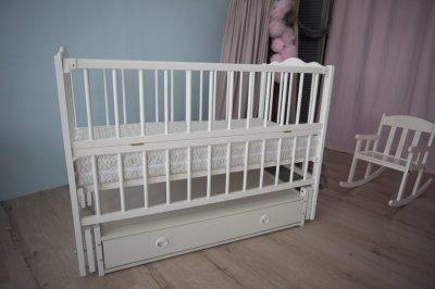 Дитяче ліжечко-гойдалка Ангеліна Кузя, з шухлядою та відкидною боковинкою біле 103.4