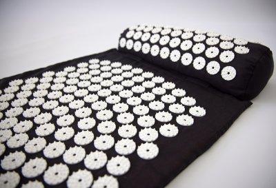 Масажний килимок і валик 2в1 (аплікатор Кузнєцова) масажер для ніг/спини/шиї/тіла FitUp (F-00001) Чорно-білий